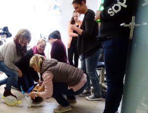 Team Andreas Hager übt Notfallbeatmung an Puppe