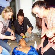 Team Andreas Hager, Burbach, übt Notbeatmung an Puppe