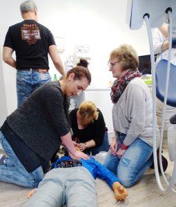 Team Andreas Hager übt Herzlungenmassage an Puppe