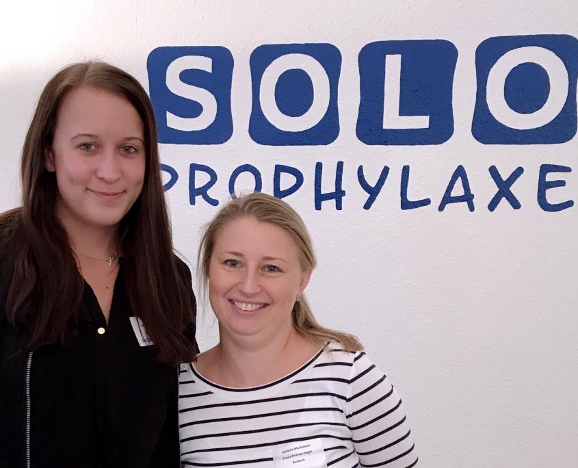 Sarah Giordano und Stefanie Wiechmann, zertifizierte SOLO-Prophylaxe-Trainerinnen in der Praxis Andreas Hager, Burbach