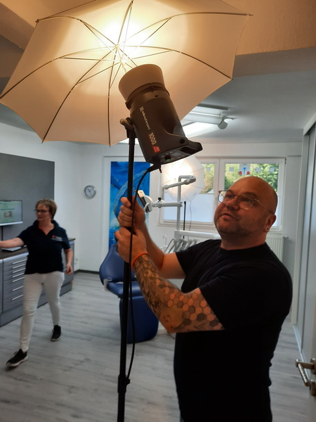 Making of der Praxisbilder Andreas Hager, Zahnarzt Burbach - prüfender Blick vom Fotografen
